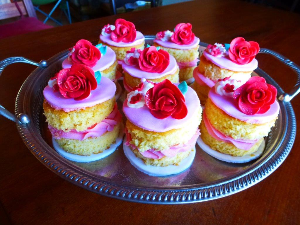 mini-round-cakes-with-strawberry-icing