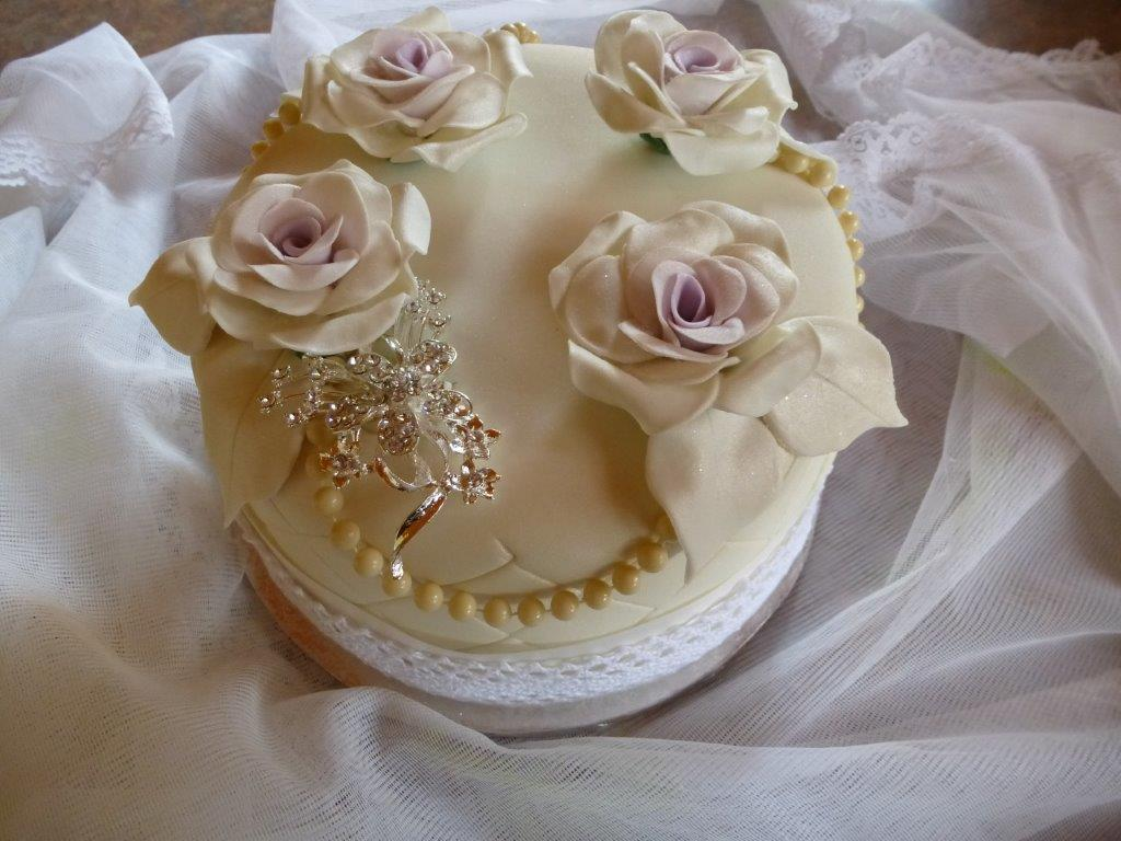1-tier-cake-with-edible-flowers